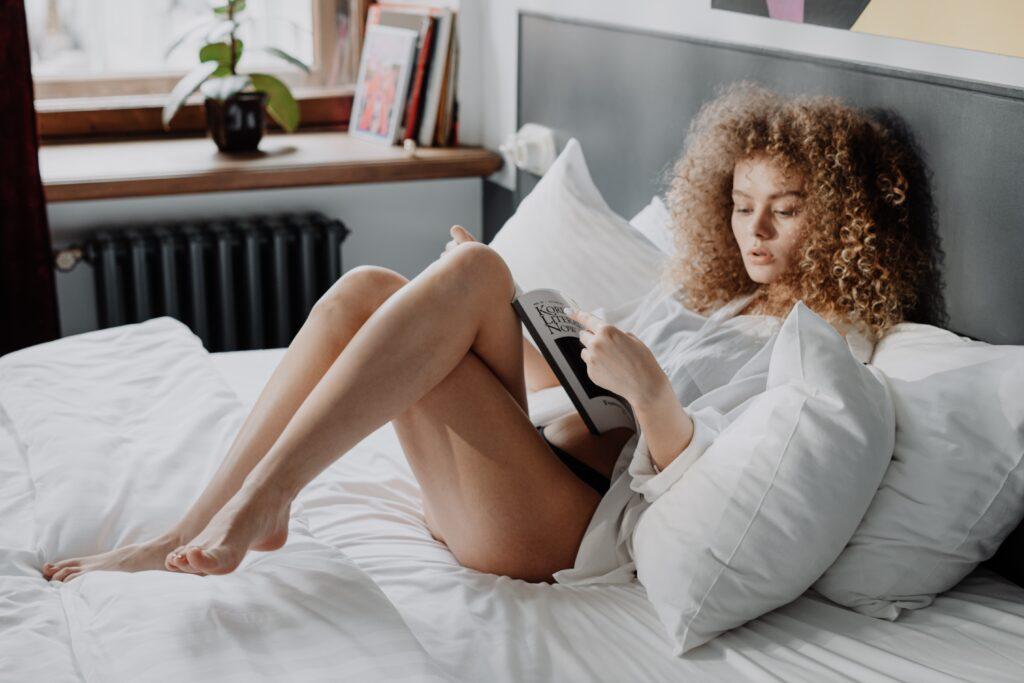 vrouw-met-krullen-in-bed-kussensloop